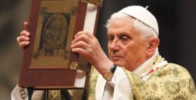 Papa Benedetto XVI con il Santo Vangelo
